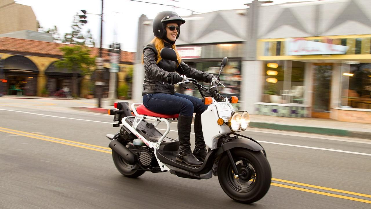 Mulher-pilotando_habilitadas-best-beginner_motorcycles